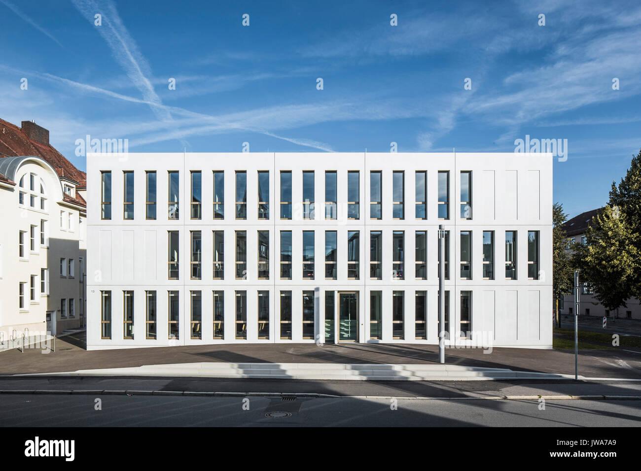 Architekten Biberach frontansicht mit eingang am späten nachmittag finanzamt finanzen