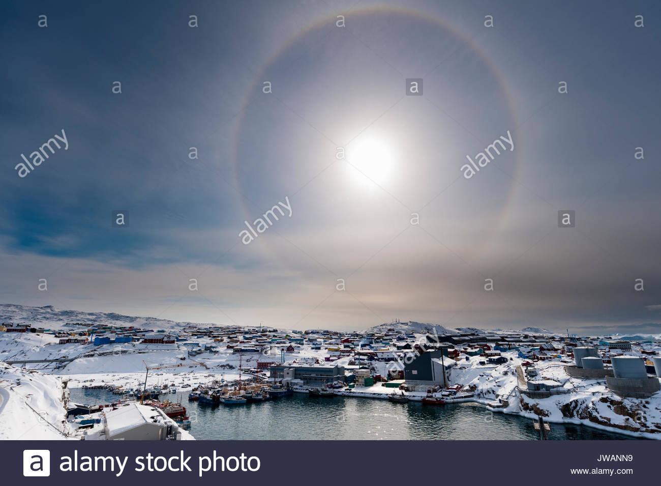 Eine solare halo, ein Phänomen, das durch Licht Interaktion mit Eiskristallen in der Atmosphäre verursacht. Stockbild