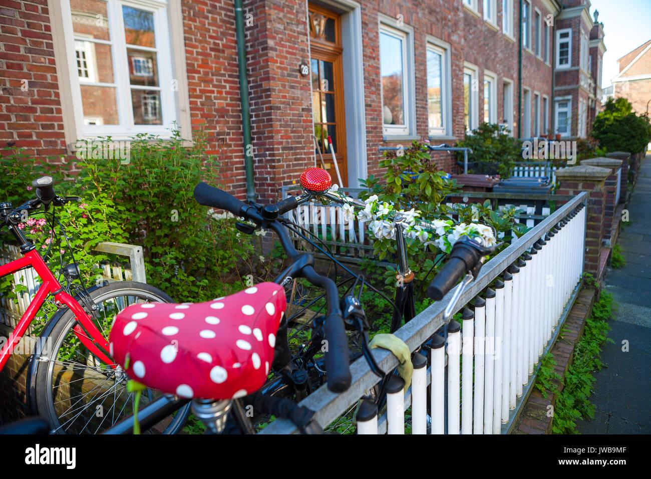 Alte Fahrrader Befestigt Um Den Zaun In Der Nahe Der Wand Eines