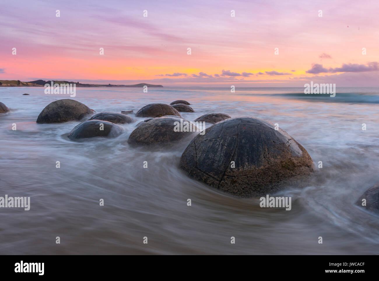 Moeraki Boulders, bei Sonnenaufgang, geologische Formation, Koekohe Strand, Moeraki, Ostküste, Otago, Südinsel, Stockfoto