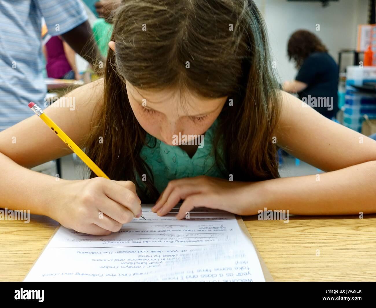 Zurück zu Schule. Die vierte Klasse Mädchen, im Alter von zehn, in ...