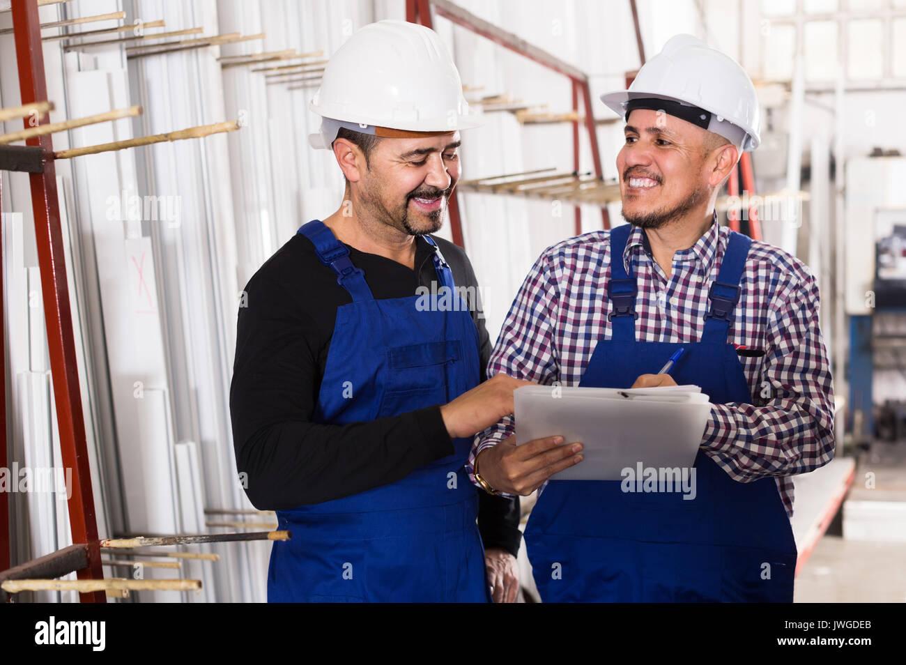 Positive russischen Maschinenbauer Überprüfung der Arbeit der Arbeit an modernen Fabrik Stockbild