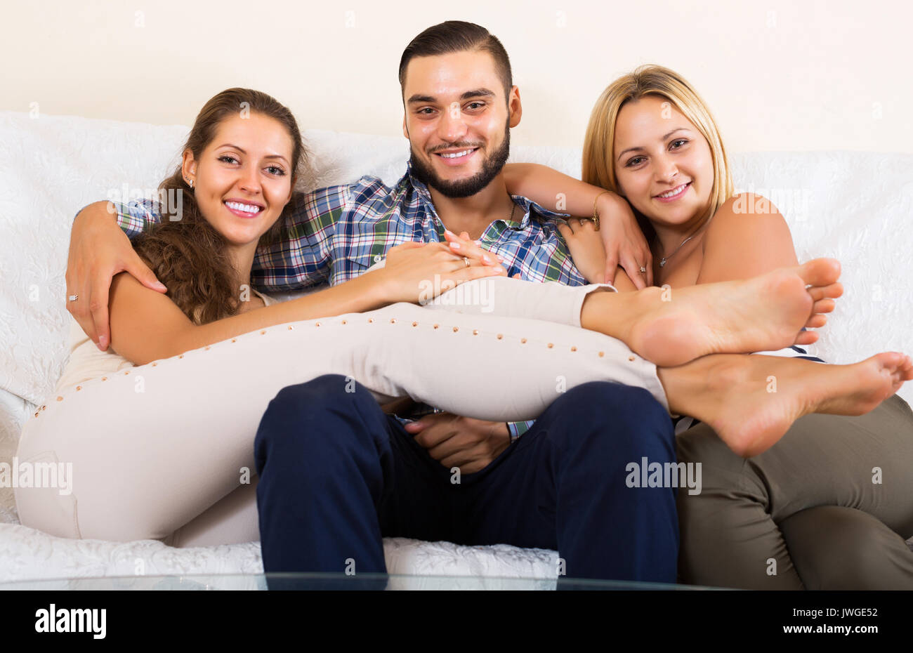 Portrait des modernen polygamen Familie mit einem Mann und zwei Frauen Stockbild