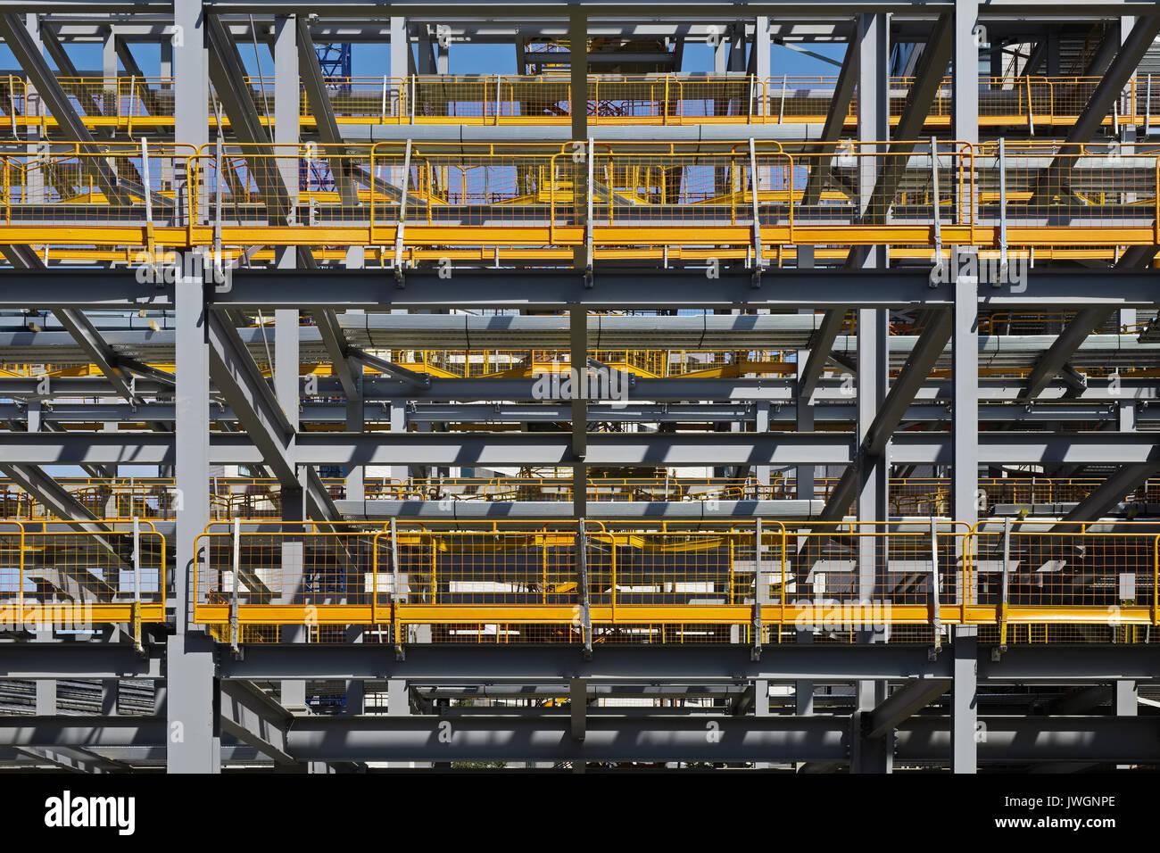 Gebäude Baustelle mit Stahlrahmen mit gelben Sicherheitsbarrieren ...