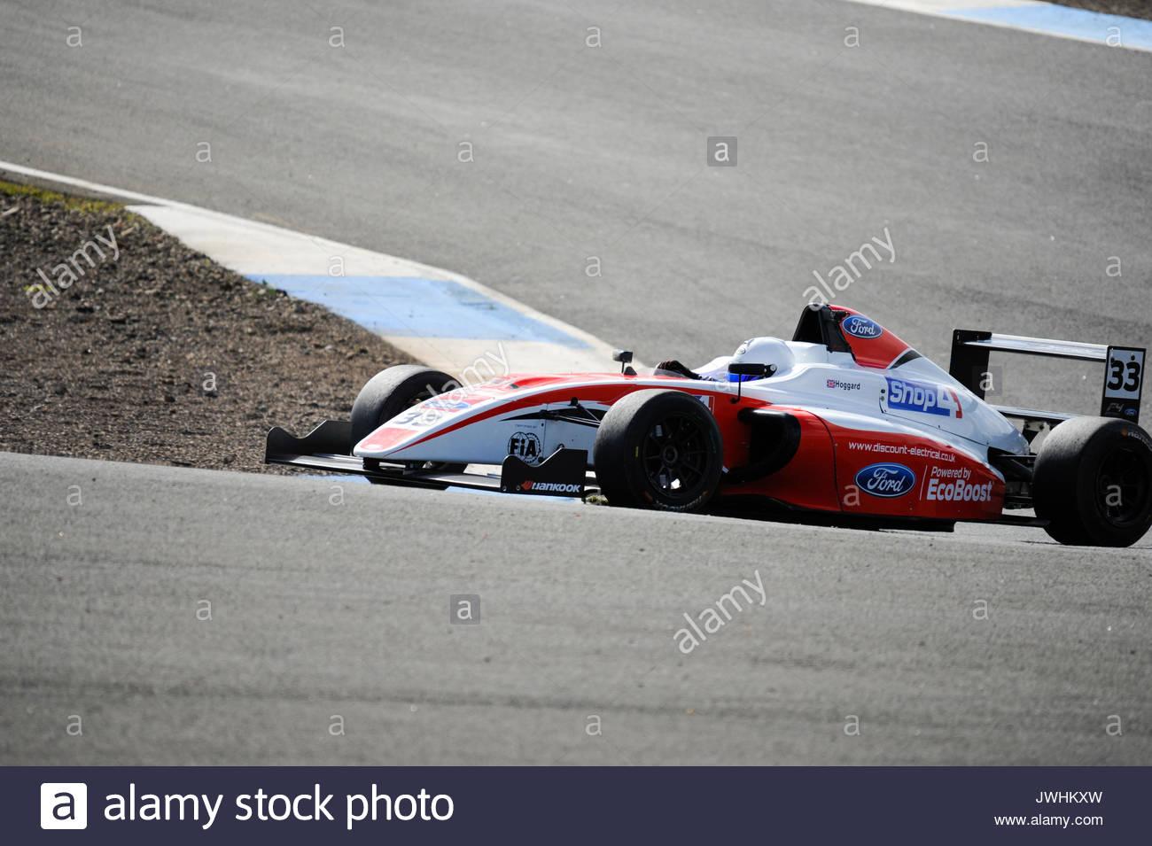 Dunfermline, UK. 13 Aug, 2017. (33) Jonathan Hoggard in der Haarnadelkurve in einem Formel 4 Rennen in der Britischen Meisterschaft Dunlop MSA British Touring Car Championship siebte Runde an der Rennstrecke Knockhill Rennstrecke. Credit: Roger Gaisford/Alamy leben Nachrichten Stockbild