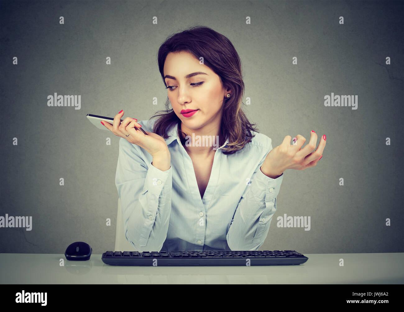 Verärgert junge Frau mit Handy. Schrecklich Gespräche Konzept. Menschliche emotion Gesichtsausdruck Reaktion Stockbild