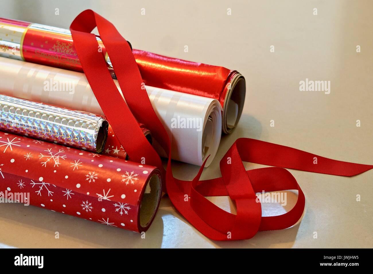 Rollen von Rot und Silber Weihnachten Geschenkpapier mit Schleife ...