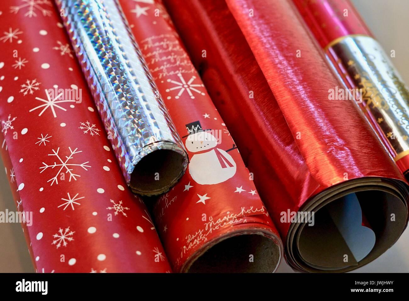 Nahaufnahme der Rollen von Rot und Silber Weihnachten Geschenkpapier ...