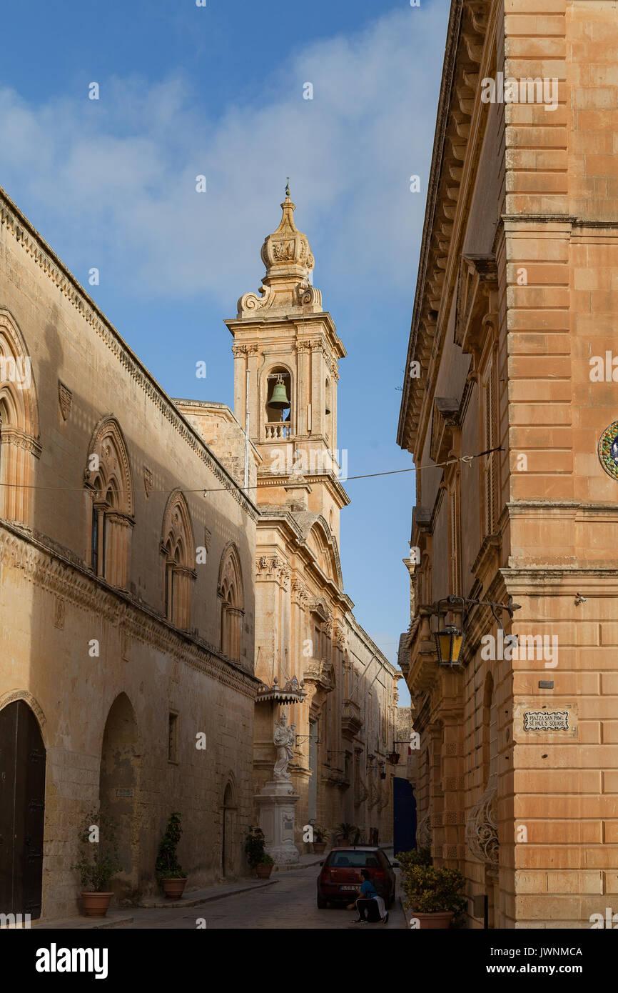 MDINA, MALTA - August, 30, 2016: Strasse mit Kirche in der Altstadt Engen Stockbild