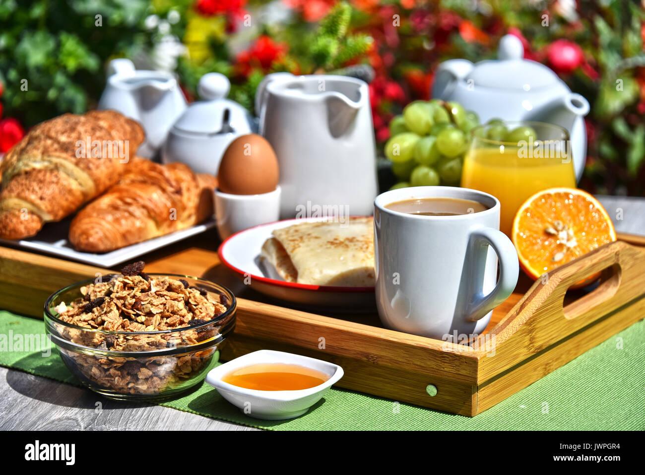 fr hst ck serviert mit kaffee orangensaft croissants m sli und obst im garten stockfoto bild. Black Bedroom Furniture Sets. Home Design Ideas