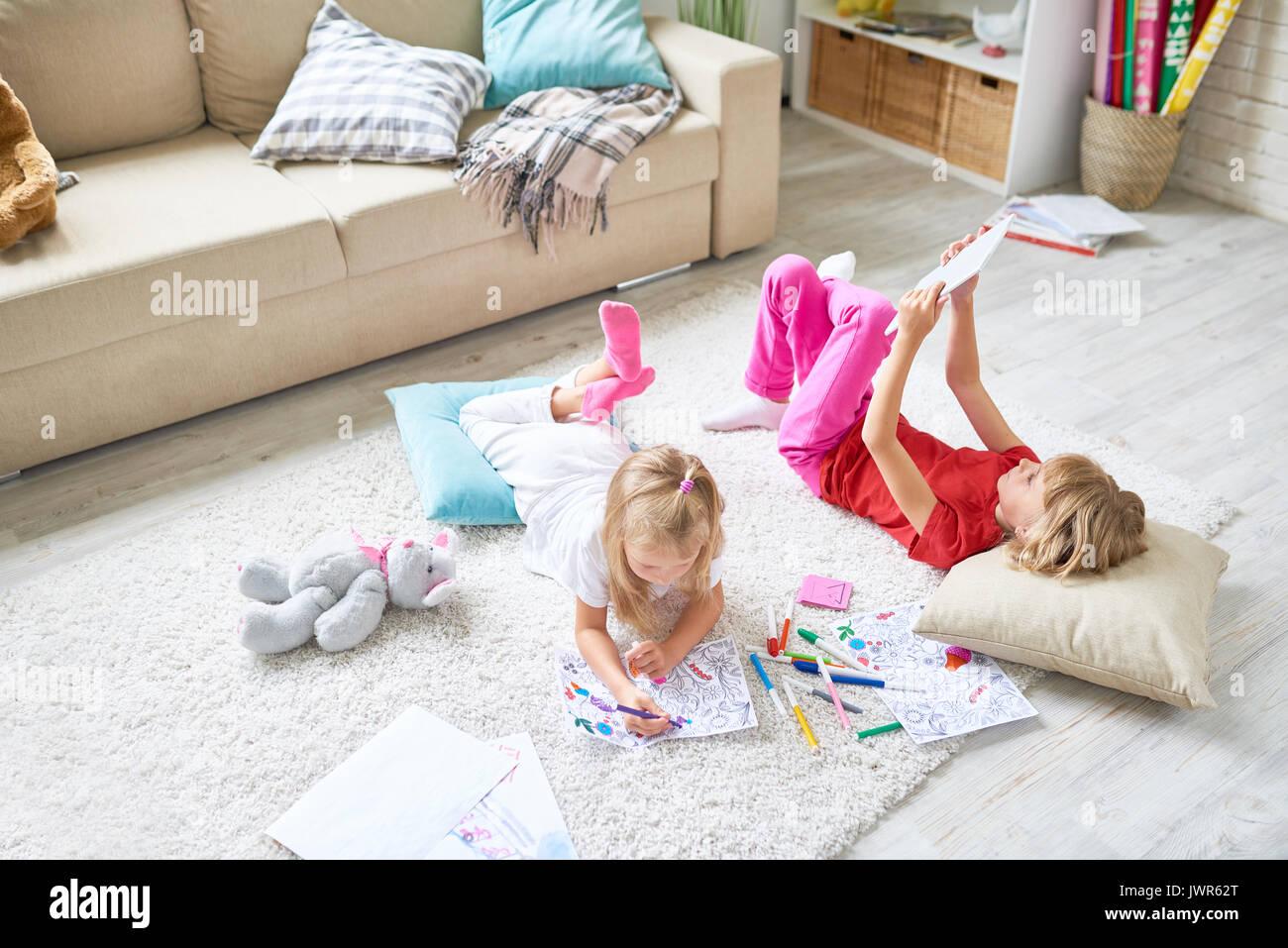 Ausgaben freie Zeit zu Hause: süßes kleines Mädchen liegt auf der ...