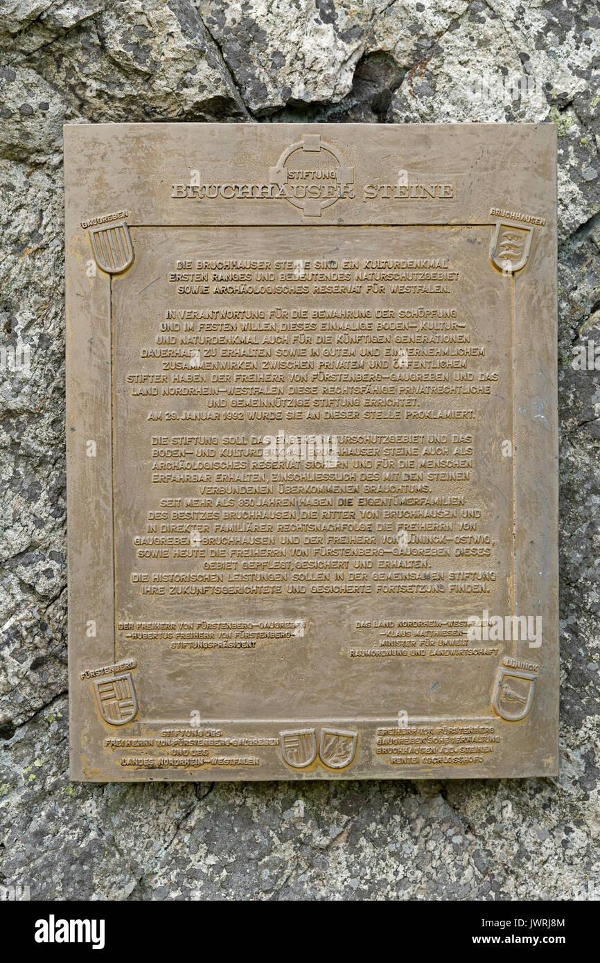 Informationen unterzeichnen, Feldstein, Bruchhausen Felsen, Sauerland, Nordrhein-Westfalen, Deutschland Stockfoto