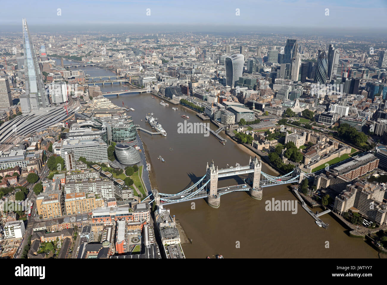 Luftbild von der Tower Bridge, Shard, Themse, und der Londoner City Skyline Stockbild