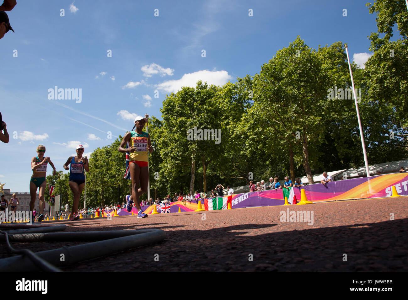 London, Großbritannien. August 13, 2017. 20 k Frauen Rennen Spaziergang bei IAAF Weltmeisterschaften in London, Großbritannien, am 13. August 2017. Das Rennen fand auf der Mall, die malerische Straße in London statt und lockte Tausende Zuschauer. Credit: Dominika Zarzycka/Alamy leben Nachrichten Stockbild