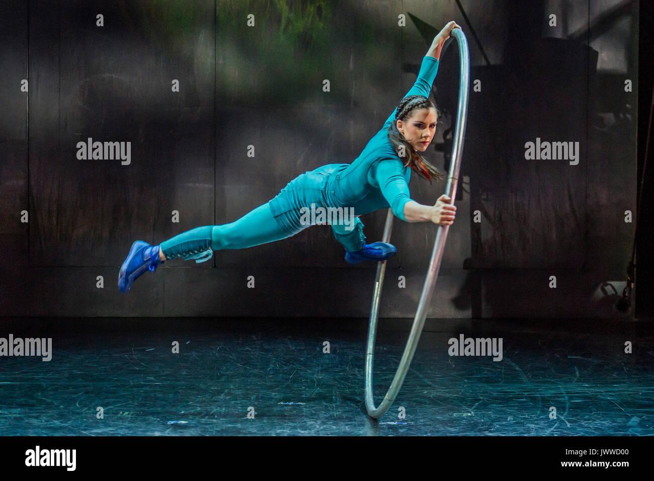London, Großbritannien. 14. August 2017. Ein Cyr rad Anzeige von Sarah Lett-Cirkus Cirkör der BRITISCHEN Premiere Stockfoto