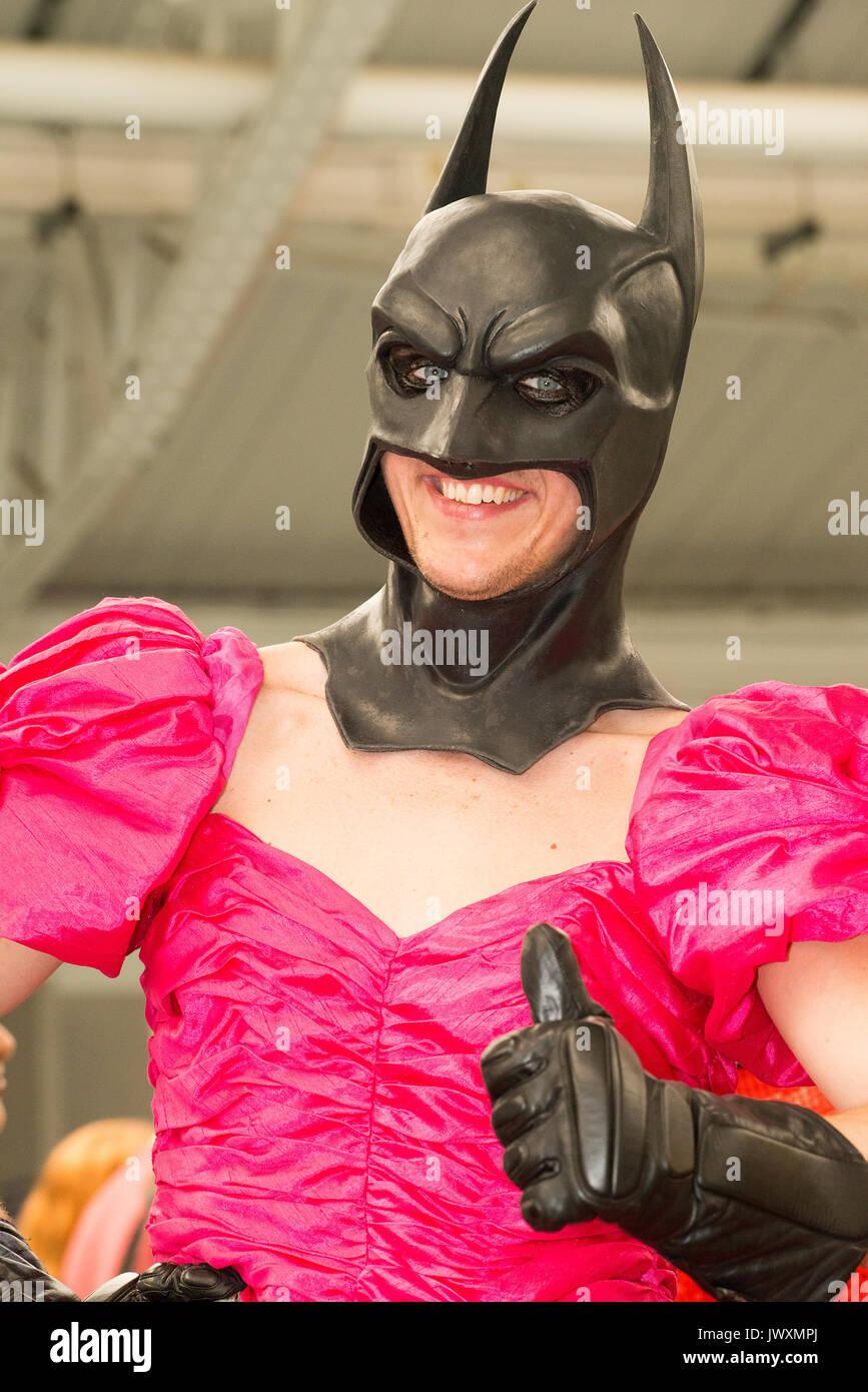Mann mit einem Batman Maske mit Rosa prom Kleid bei der London Film ...