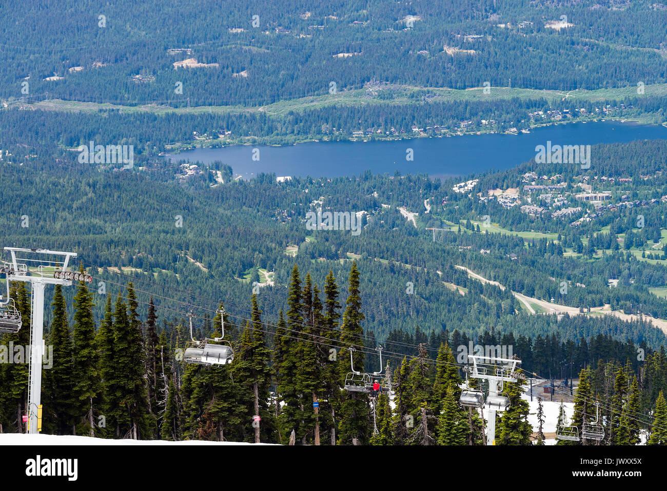Ein Express Sessellift in Whistler Ski Resort aus der Roundhouse Terrasse mit Whistler Stadt und Alta Lake British Columbia Kanada Stockbild