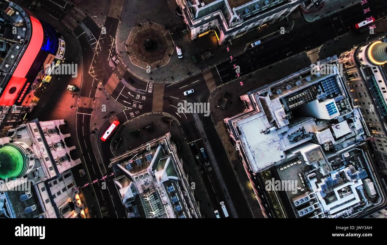 LONDON, Großbritannien - 15 März 2017: Luftaufnahme Foto von der Vogelperspektive Fliegen über Piccadilly Circus und Straßen in der Stadt in der Nacht in London, England, Großbritannien Stockfoto