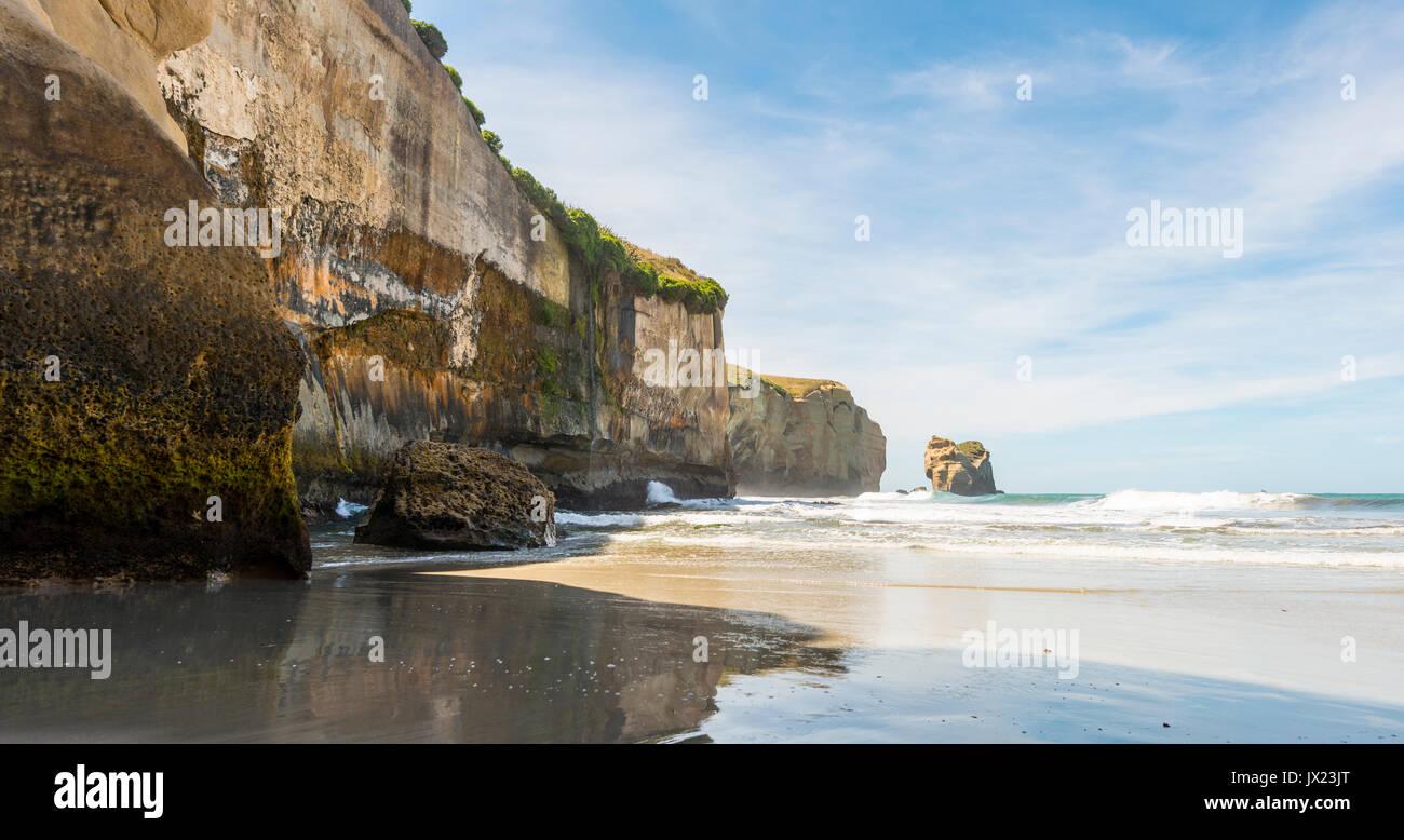 Sandsteinfelsen hoch aufragenden ins Meer, Tunnel Strand, Otago, Südinsel, Neuseeland Stockbild