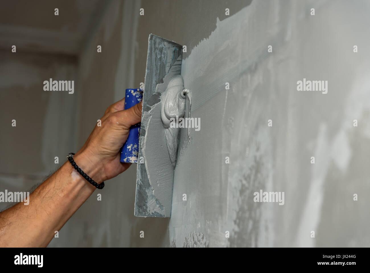 alte arbeiter mit wand verputzen tools renovieren haus. gipser
