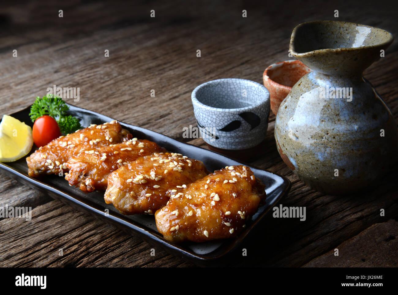 Fried Chicken Wing mit pikanter Sauce im japanischen Stil oder Tebasaki Flügel dienen in Izakaya restourant. Stockbild