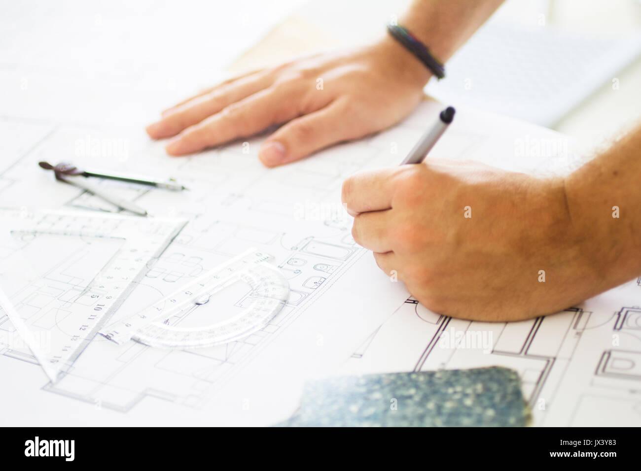 Verfasser der Arbeit mit einigen Architektur Material Stockbild