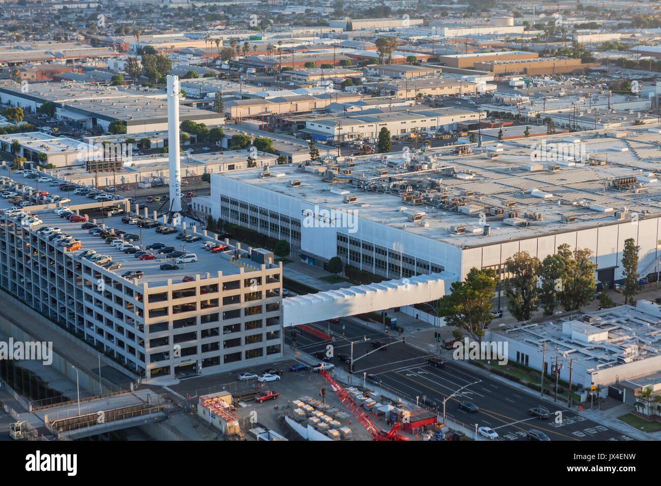 In Hawthorne, Kalifornien, USA - 7. August 2017: Luftaufnahme der SPACEX Hauptsitz und Rakete Herstellung Gebäude. Stockbild