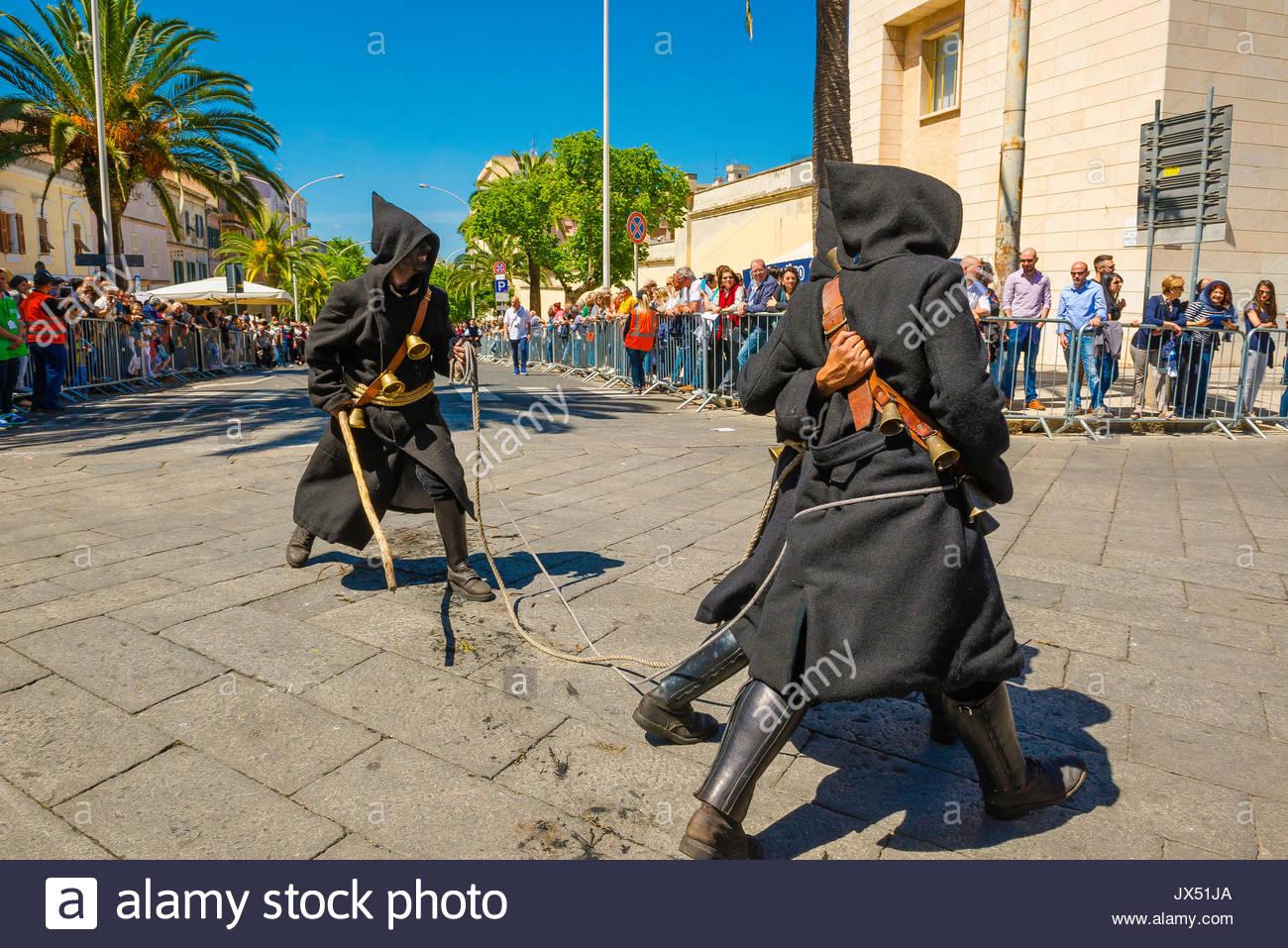 Sardinien festival Cavalcata, einer Gruppe von vermummten Männer beteiligen sich an der großen Prozession Cavalcata in Sassari, Sardinien. Stockbild