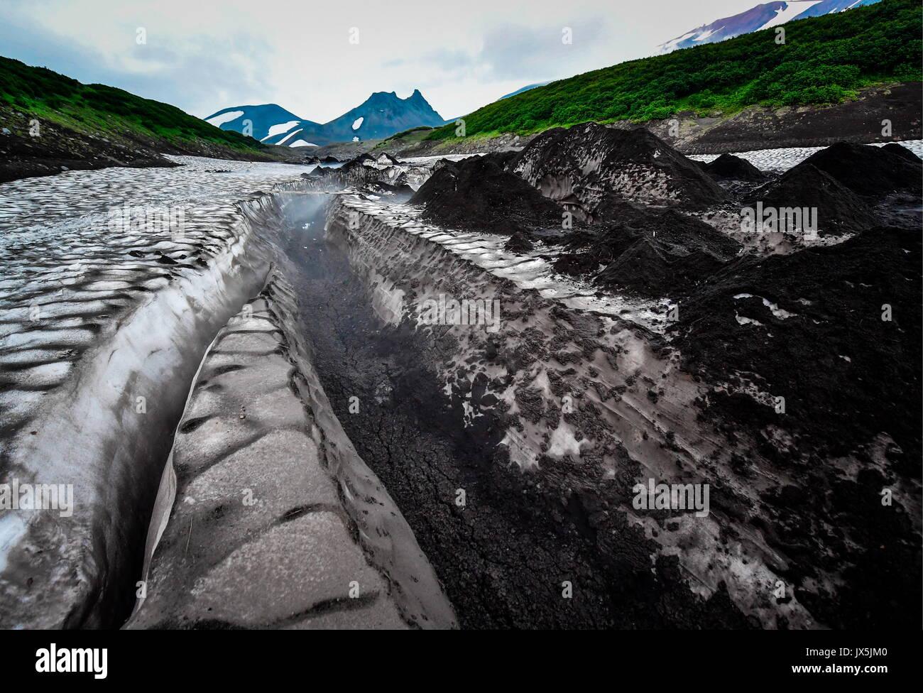 Kamtschatka, Russland. 12 Aug, 2017. Ein Gletscher am Fuße des Avachinsky aktiver stratovulkan. Credit: Yuri Smityuk/TASS/Alamy Stockfoto