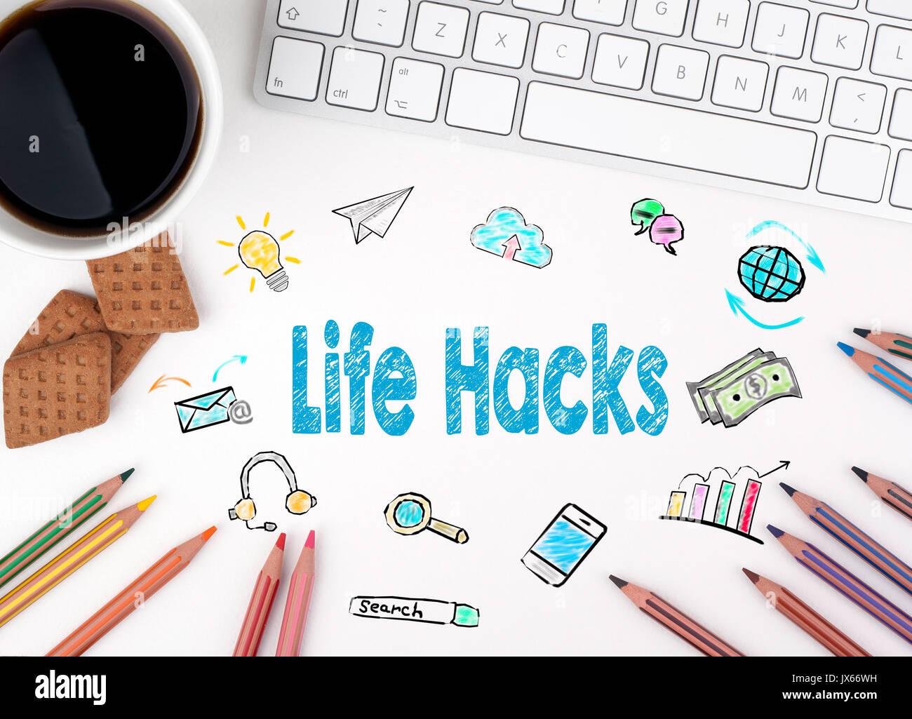 Leben Hacks. Computer, Tastatur und eine Kaffeetasse auf einem weißen Tisch Stockbild