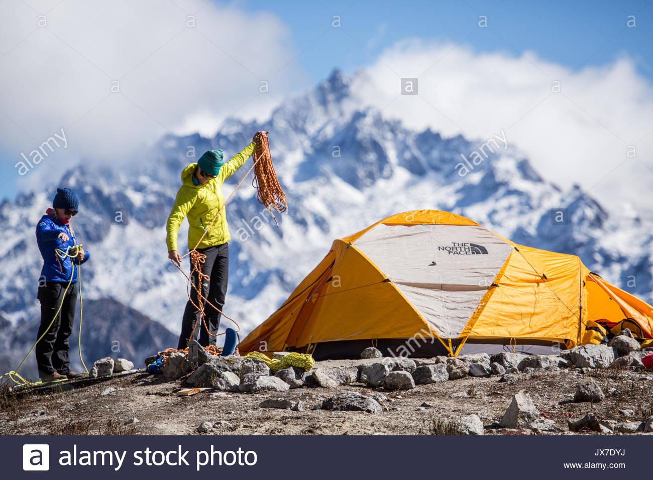 Expeditionsteilnehmer prüfen Kletterseilen und Gang vor der Einstellung auf einem Bergsteigen Expedition. Stockfoto