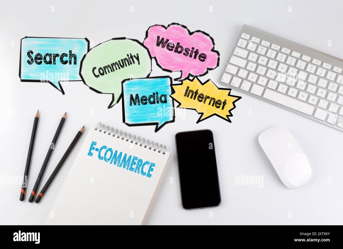Hochwertig E Commerce, Hintergrund Konzept. Büro Schreibtisch Tisch Mit Computer,  Smartphone Und Notebook.