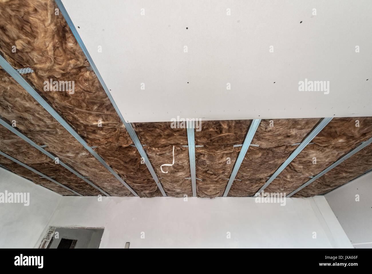 gipsplatten sind im bau. gips an der wand stockfoto, bild: 153888407