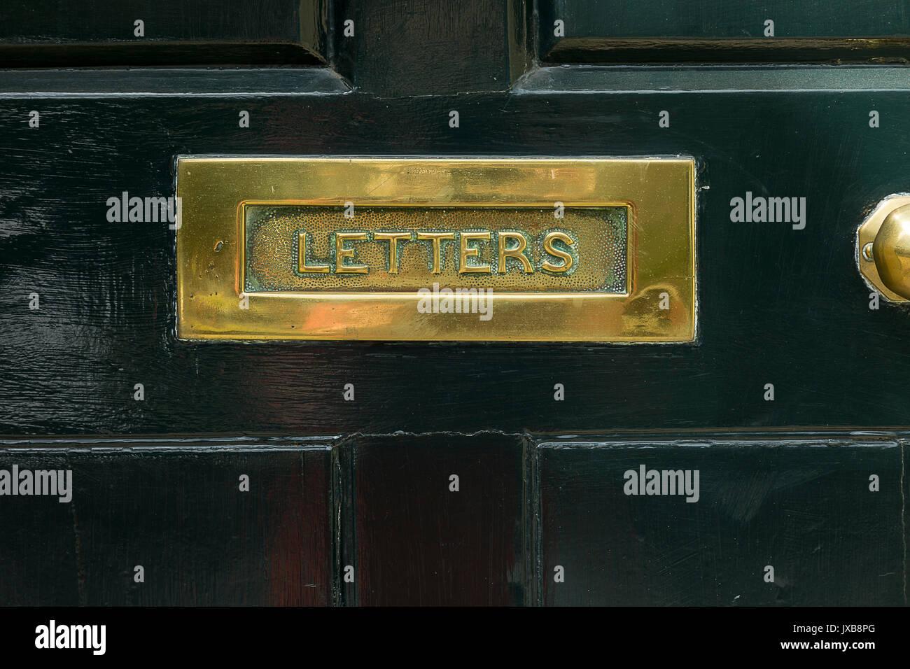Messing Briefkasten, schwarzen Tür Stockbild