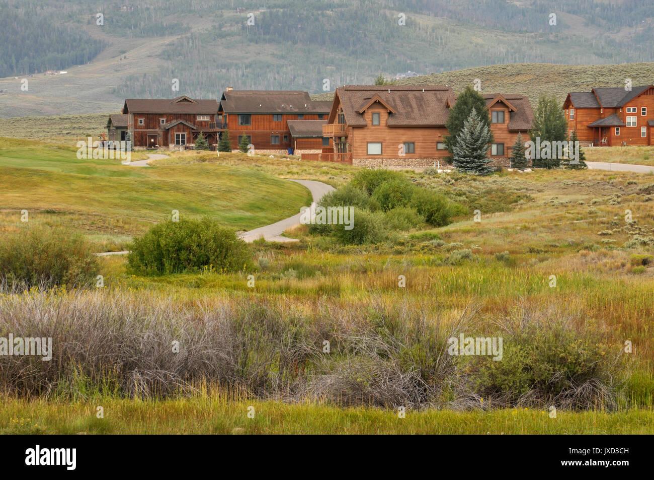 Frisco, CO - August 12: Typische Holz Häuser in ländlichen Colorado in den Rocky Mountains zu bewahren. Die Wohnungen sind in der Nähe von einem Golfplatz. Stockbild