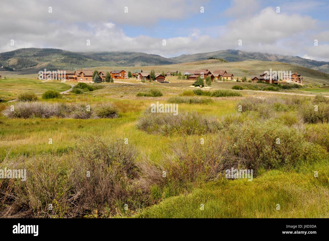 Typische Holz Häuser in der Nähe von einem Golfplatz in Granby, Colorado. Die Wohnungen sind im Rocky Mountain zu bewahren. Stockbild