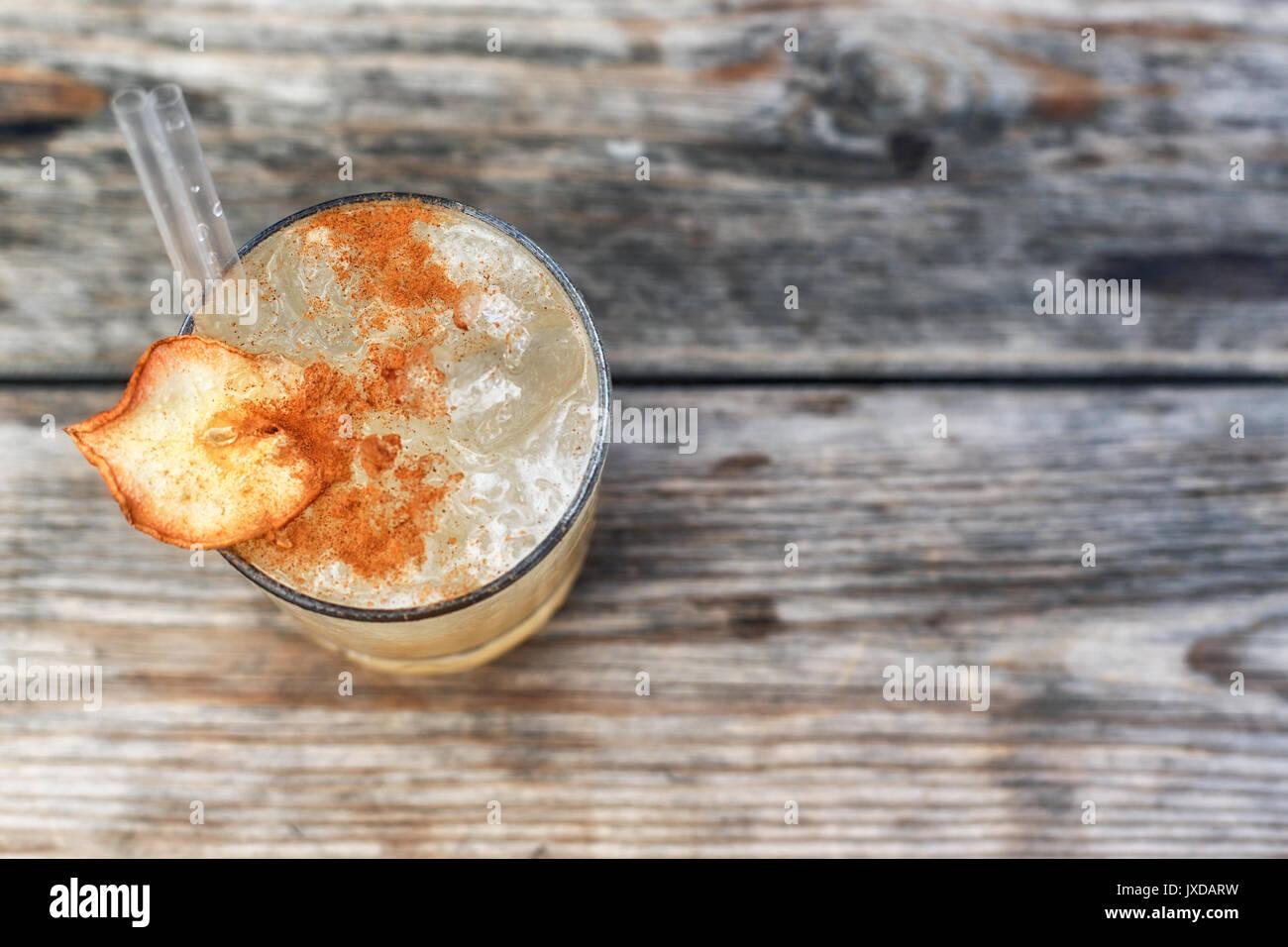 Ein Getränk mit Alkohol oder ohne Alkohol mit Zimt in der Dekoration ...