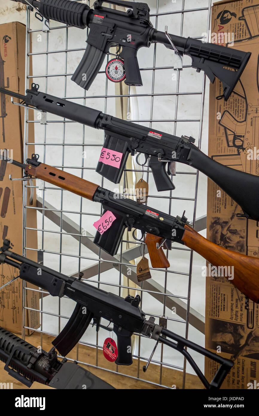 Airsoft Pistolen für Verkauf, waffennachbildungen entworfen, um realistisch echte Schusswaffen ähneln Stockbild