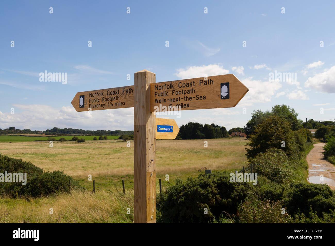 Ein Norfolk Coast Path finger post Fußweg Zeichen Stockbild