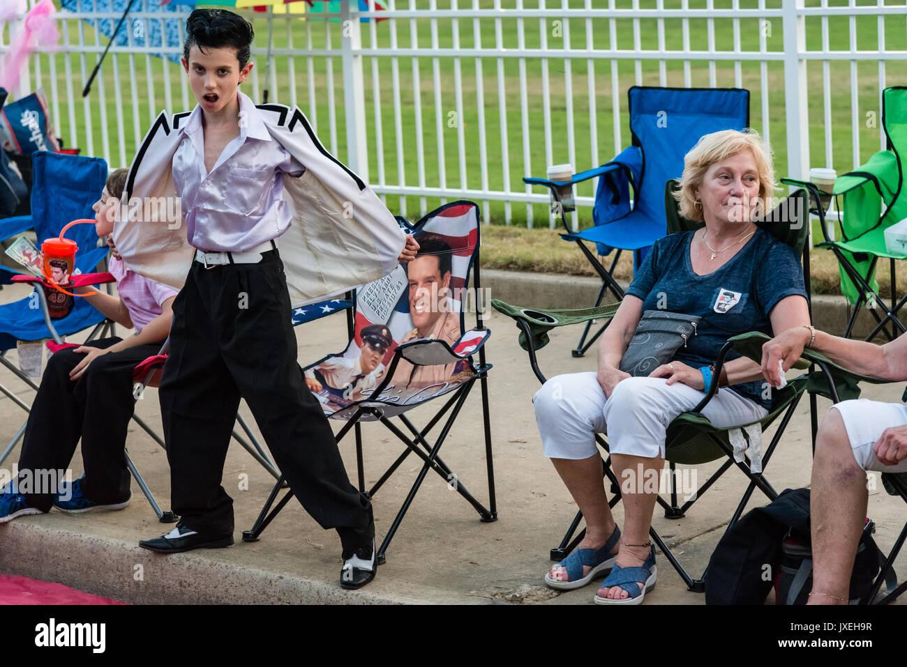 Memphis, Tennessee, USA, 15. August 2017. Elvis Woche. Mahnwache. Leute zahlen Hommage an Elvis Presley in seinem Haus in Memphis, Graceland. Die Mahnwache ist in der 40. Jahr. Elvis starb, 16. August 1977. Credit: Gary Culley/Alamy leben Nachrichten Stockbild
