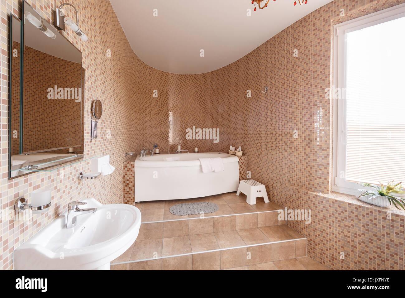 Moderne Luxus Badezimmer Mit Badewanne Und Fenster. Interior Design.