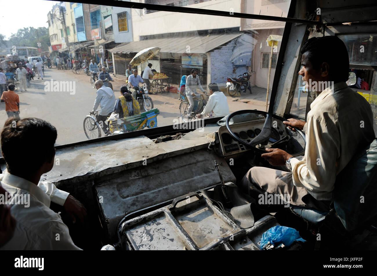 Indien U.P. Bundelkhand, Mahoba, Busfahrer in alten Bus am Arbeitsplatz/INDIEN Mahoba, Busfahrer in einem alten Stockfoto