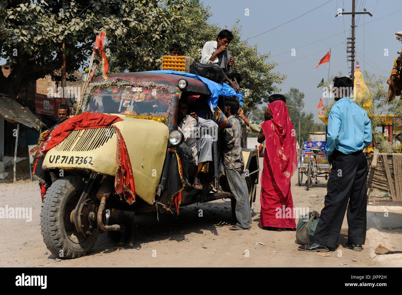 Indien U.P. Bundelkhand, Mahoba, öffentlicher Verkehr mit Tempo/Indien, altes Mahoba dreiraedriges Tempo Fahrzeug als Tranportmittel Stockbild