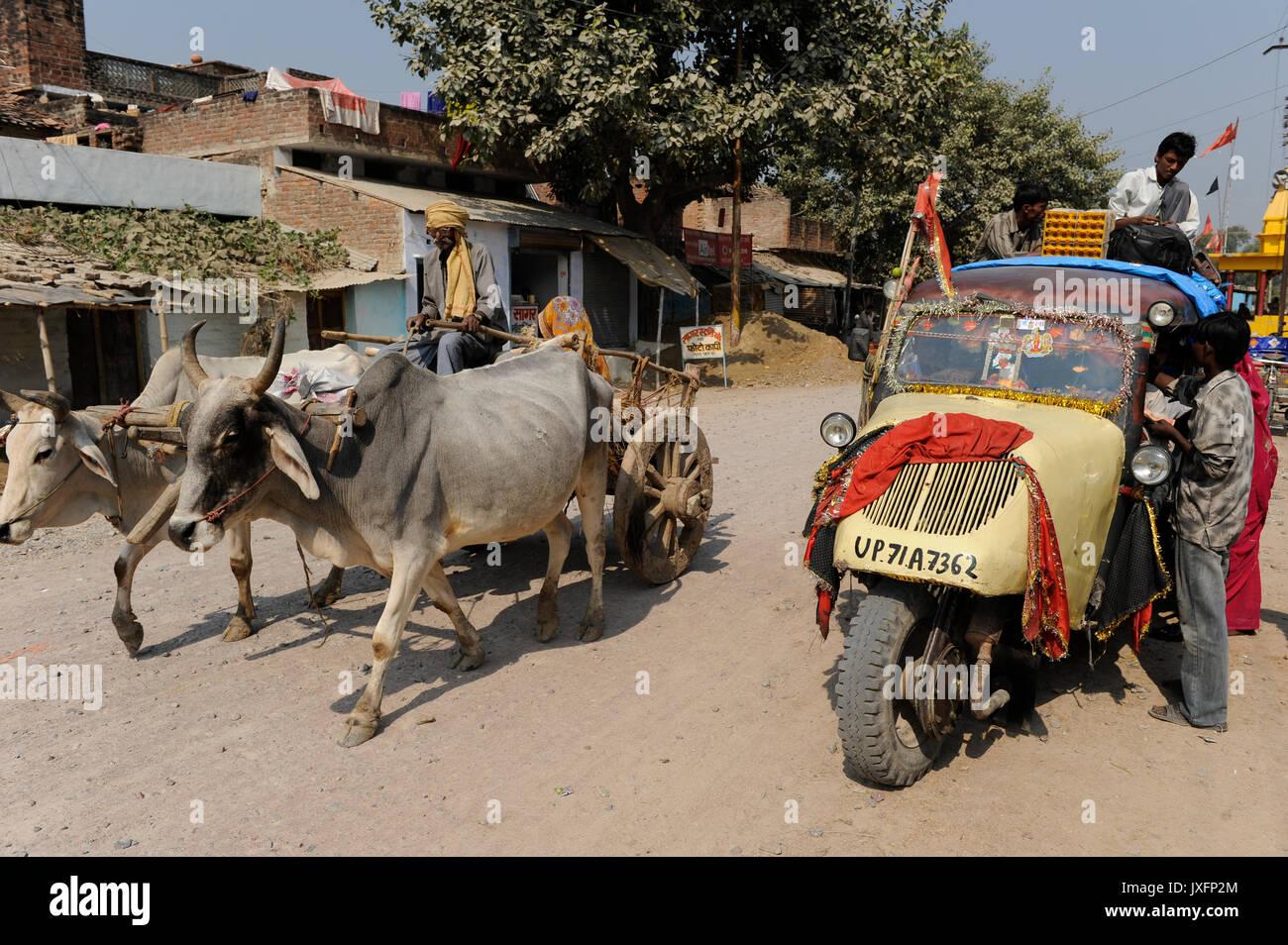 Indien U.P. Bundelkhand, Mahoba, öffentlicher Verkehr mit alten drei wheleer Tempo/Indien, altes Mahoba dreiraedriges Tempo Fahrzeug als Tranportmittel Stockbild