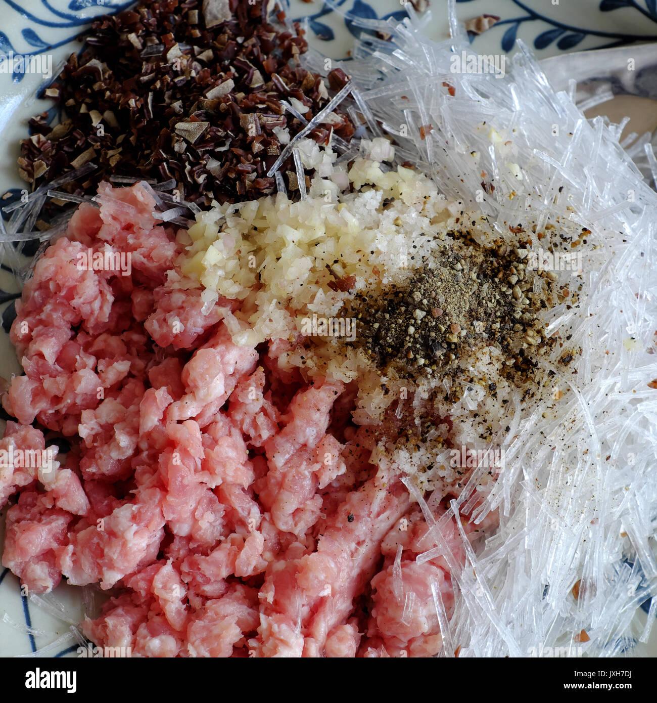 Rohstoff Für Vietnamesische Eierbrötchen Oder Frühlingsrollen Oder Cha Gio,  Ist Beliebt Essen In Vietnam Küche, Füllung Aus Fleisch Und Wrapper Von  Reis ...