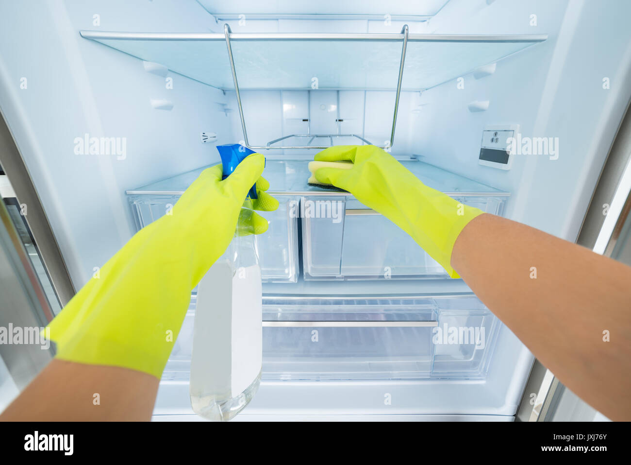 Kühlschrank Reinigen : Reinigung professionelle frau hand handschuhe reinigen der leeren