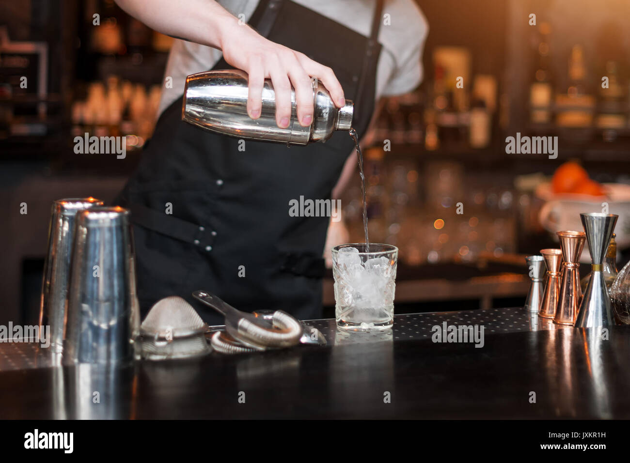 Barmann-Show. Im Night Club macht Barkeeper cocktail. Stockbild