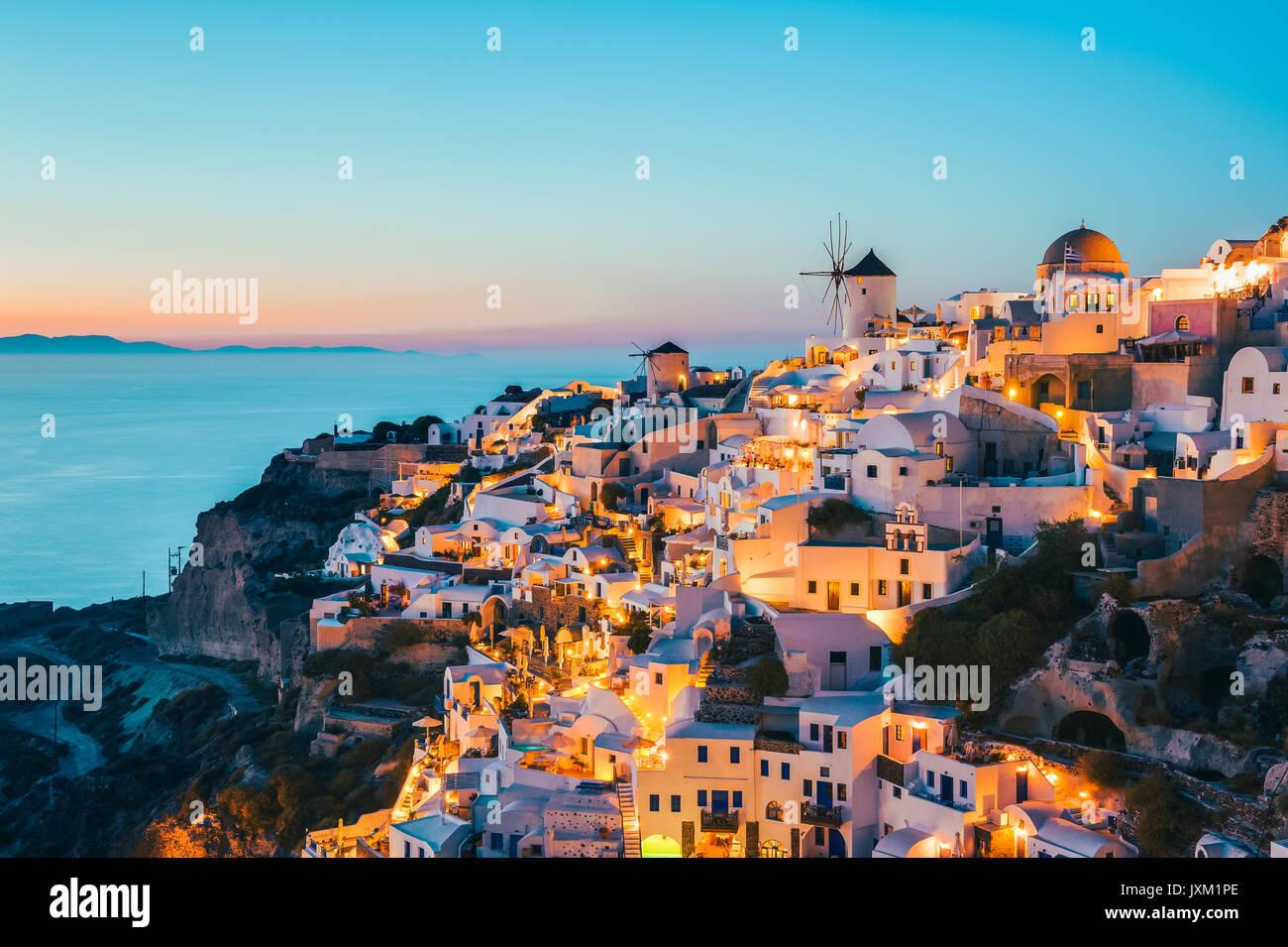 Oia Santorini Griechenland in der Abenddämmerung Stockbild