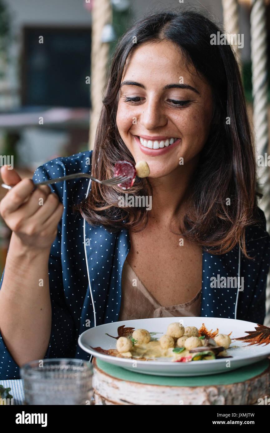 Frau genießen vegetarisches Gericht Stockbild