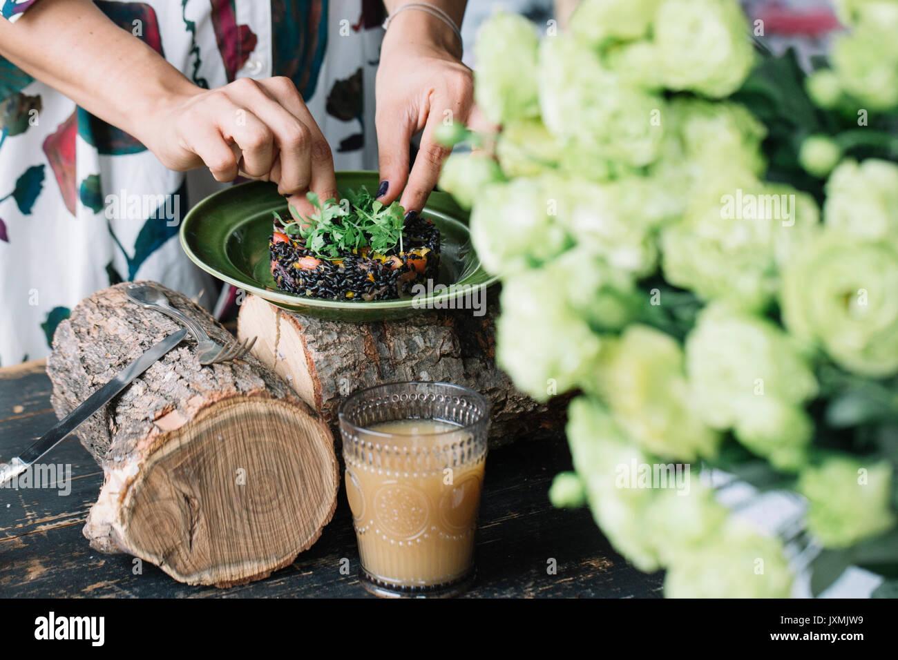 Frau Vorbereitung vegetarisches Gericht Stockbild